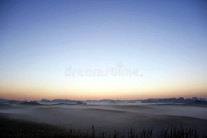 Lever de soleil coloré au-dessus de Rolling Hills dans le brouillard photo libre de droits