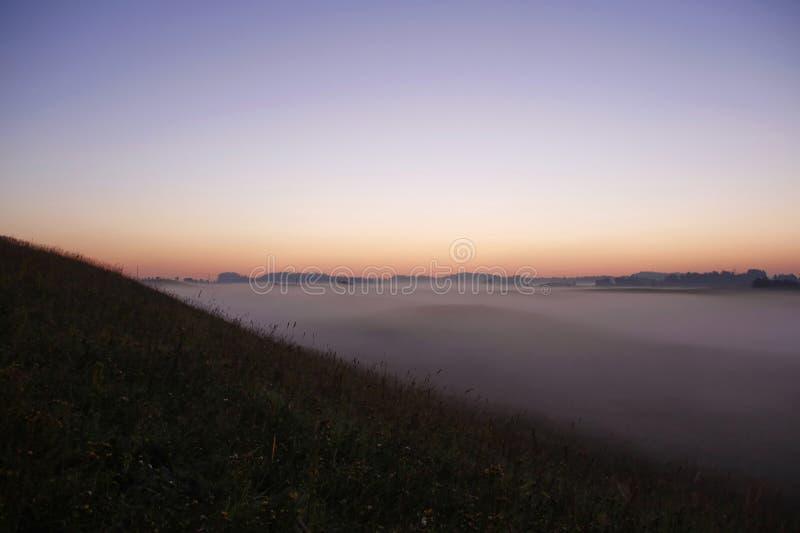 Lever de soleil coloré au-dessus de Rolling Hills dans le brouillard photographie stock libre de droits