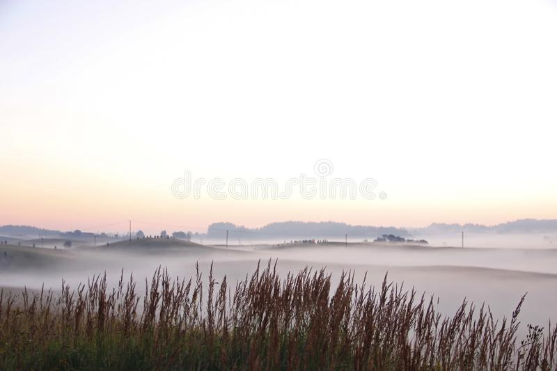 Lever de soleil coloré au-dessus de Rolling Hills dans le brouillard images libres de droits