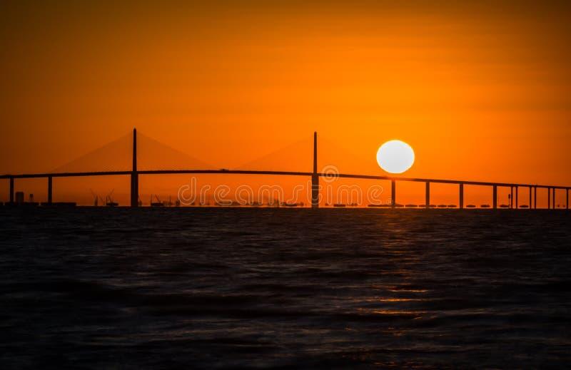 Lever de soleil coloré dramatique du pont skyway sur la côte ouest de la Floride images libres de droits