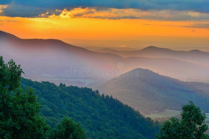 Lever de soleil coloré sur Ridge Parkwzays bleu photographie stock libre de droits