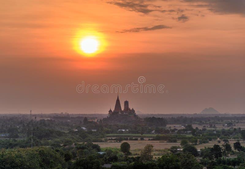 Lever de soleil coloré sur Wat Tham Sua, caverne de tigre sur la colline au matin image stock