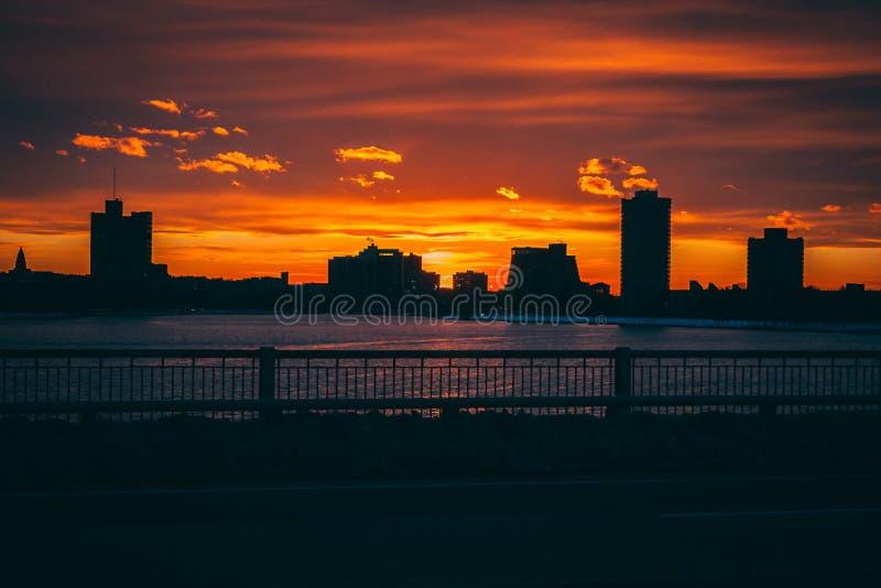 Lever de soleil de coucher du soleil derrière des bâtiments de ville photographie stock
