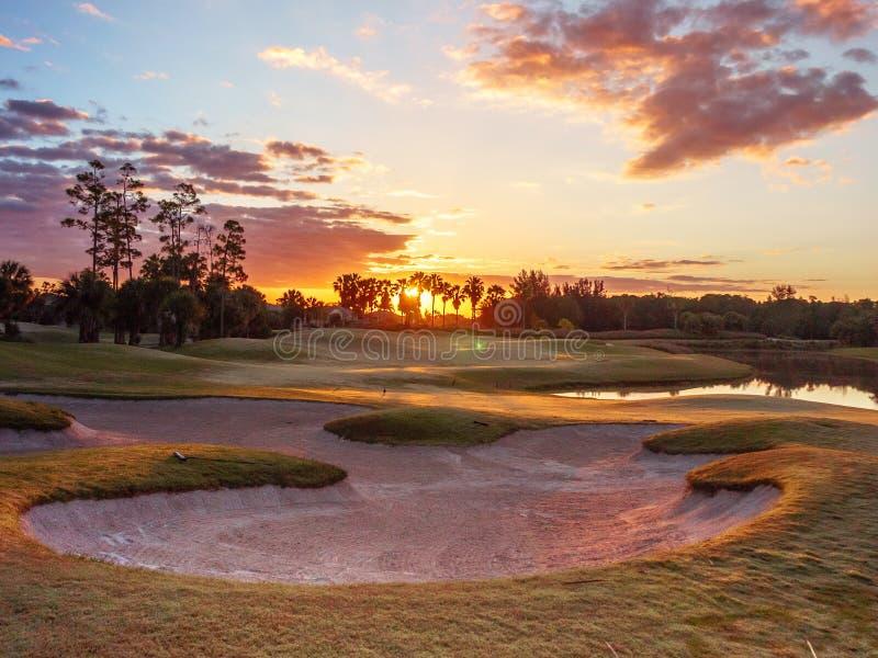 Lever de soleil/coucher du soleil de terrain de golf en Floride photographie stock libre de droits