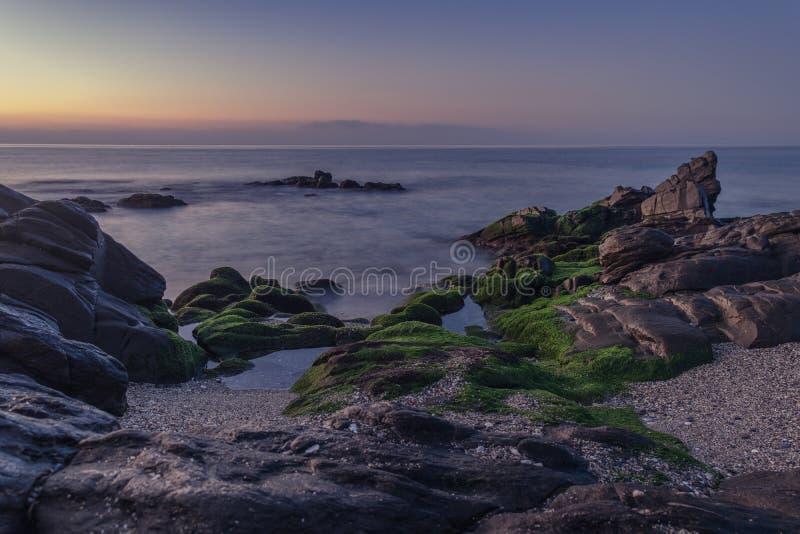 Lever de soleil crépusculaire sur la plage photographie stock