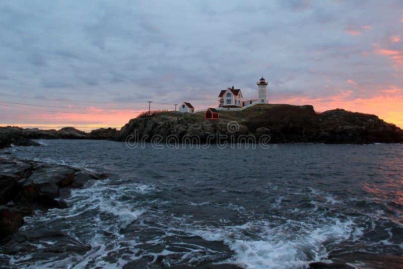 Lever de soleil de début de la matinée au-dessus de phare de protubérance, York, Maine, 2017 images libres de droits
