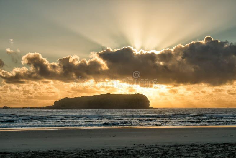 Lever de soleil d'or à la plage images stock