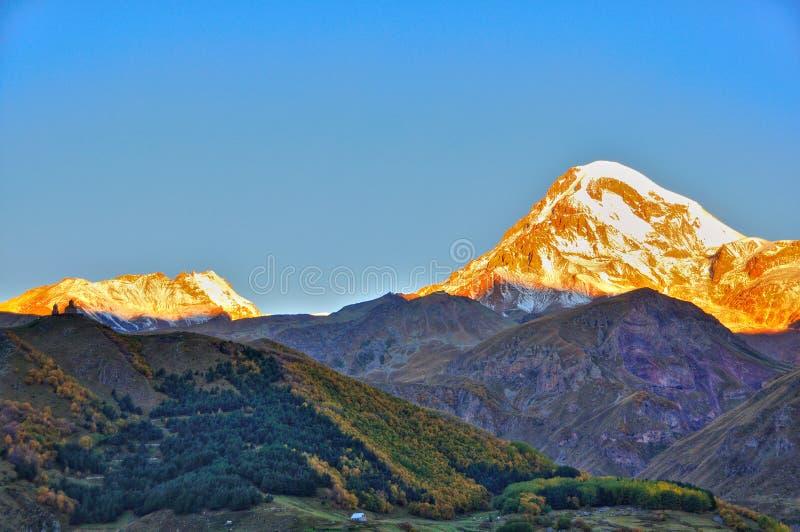 Lever de soleil d'église de trinité sainte, Kazbegi, la Géorgie images stock