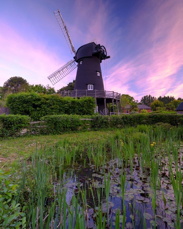 Lever de soleil d'été au-dessus de moulin à vent de Bursledon, Hampshire, R-U photo libre de droits