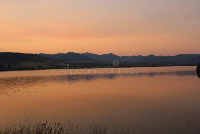 Lever de soleil d'or au-dessus des montagnes au Montana photographie stock libre de droits