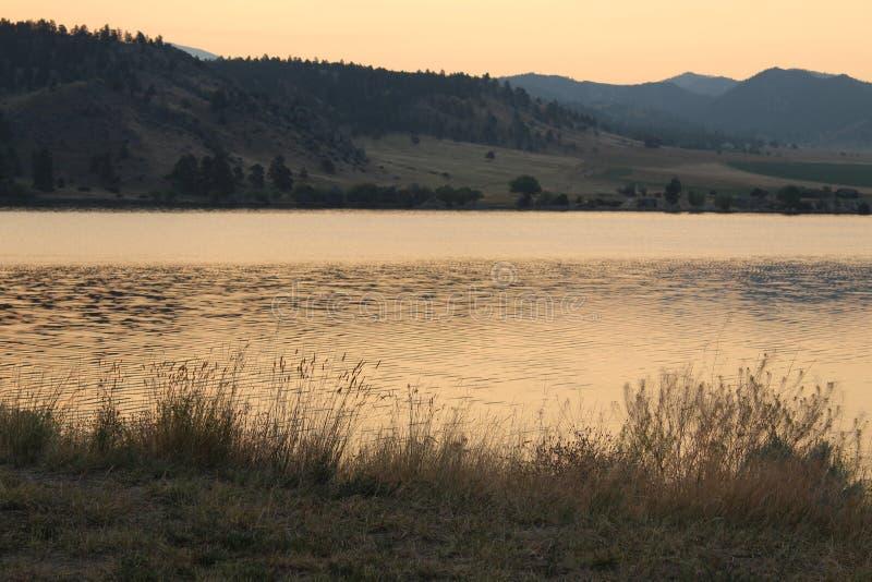 Lever de soleil d'or au-dessus des montagnes au Montana image libre de droits