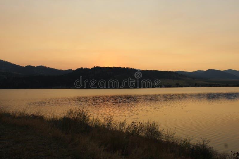 Lever de soleil d'or au-dessus des montagnes au Montana photos libres de droits