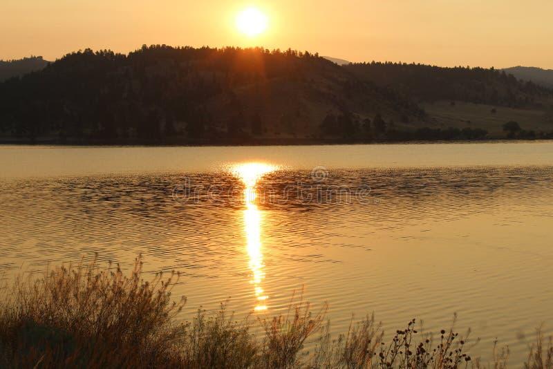 Lever de soleil d'or au-dessus des montagnes au Montana image stock