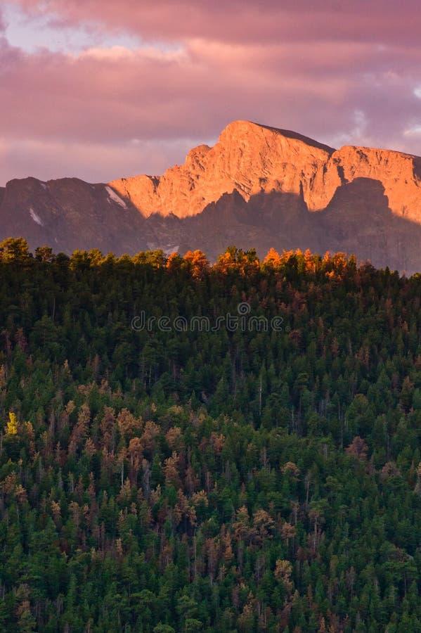 Lever de soleil d'automne au-dessus des montagnes rocheuses photos stock
