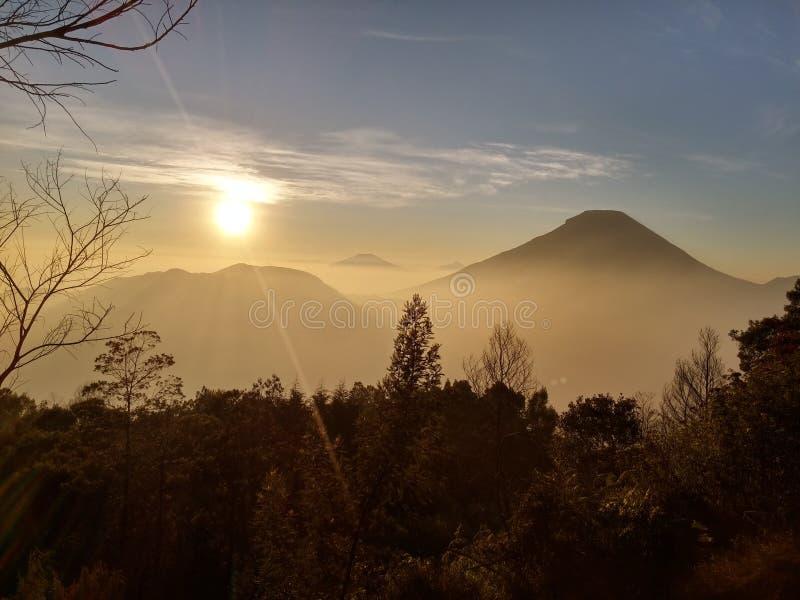 Lever de soleil d'or de bâti Dieng Indonésie photographie stock libre de droits