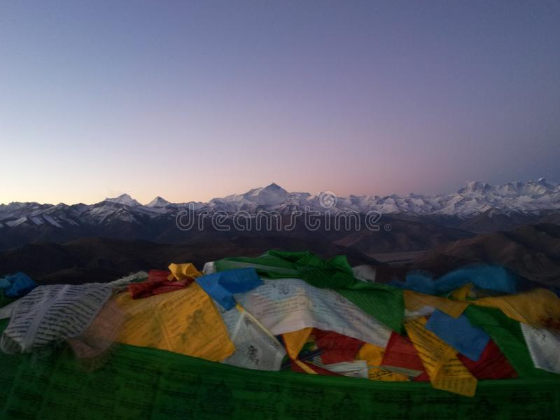 Lever de soleil d'Everest et du drapeau photos stock