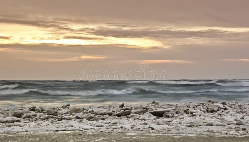 Lever de soleil d'hiver du lac Michigan photographie stock