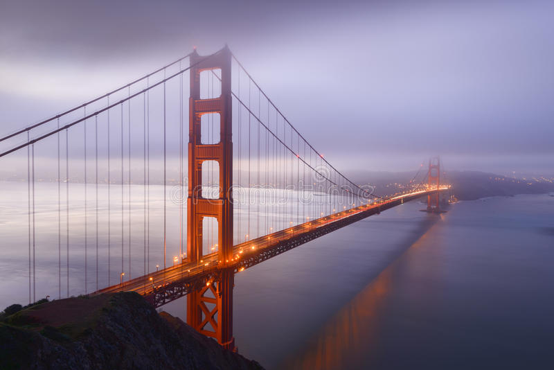 Lever de soleil d'hiver près de golden gate bridge image stock