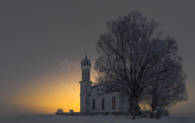 Lever de soleil d'hiver près de l'église catolic, paysage fantastique de nature, papier peint photographie stock