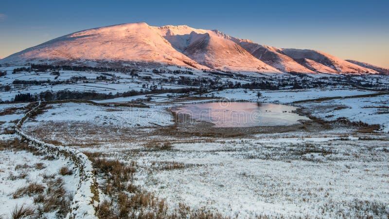 Lever de soleil d'hiver sur Blencathra photographie stock libre de droits