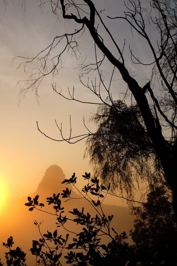 Lever de soleil d'or sur la crête de la colline après hausse de matin photographie stock libre de droits