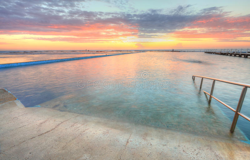 Lever de soleil d'une des piscines vers l'océan à l'Au du nord de Narrabeen photos libres de droits