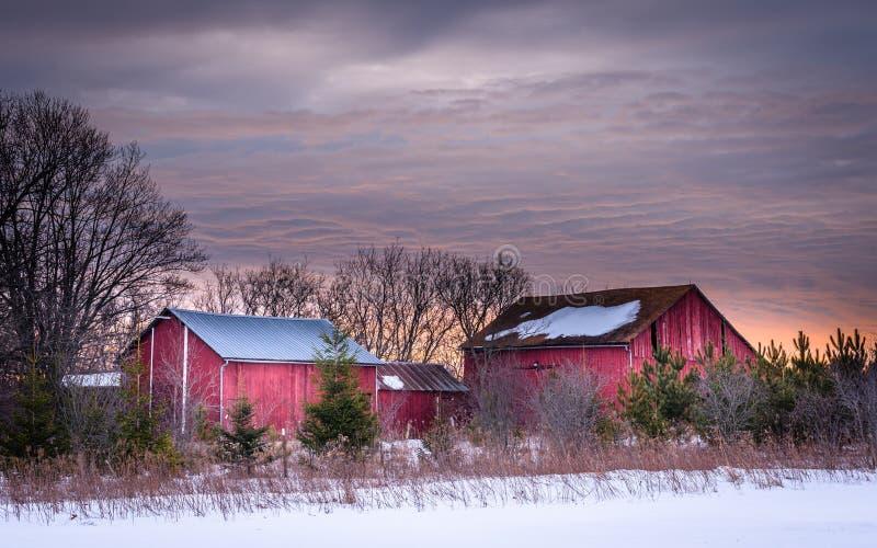 Lever de soleil d'une ferme du Wisconsin en hiver photos libres de droits