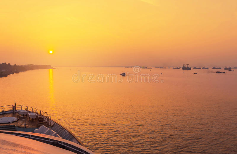 Lever de soleil dans au-dessus d'estuaire de rivière Rangoon Myanmar de Yangon photos libres de droits