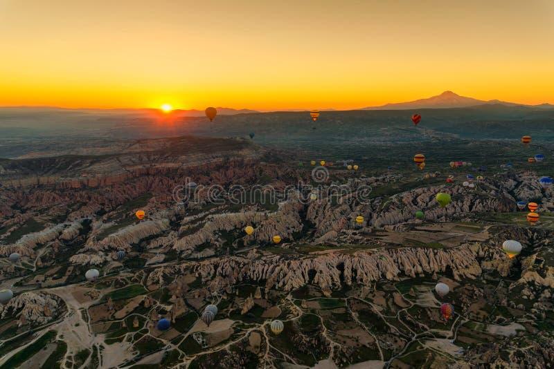 Lever de soleil dans Cappadocia avec les ballons à air chauds, attraction touristique, Turquie image stock