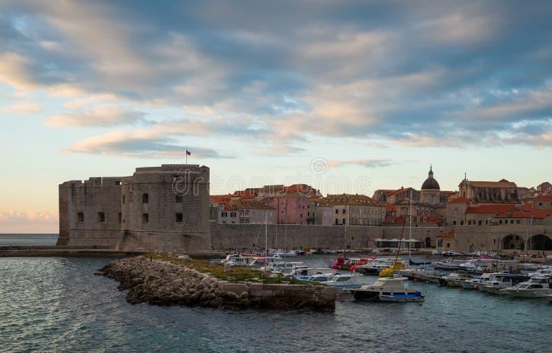 Lever de soleil dans Dubrovnik, un paysage donnant sur la vieille ville et les grandes pierres dans le premier plan, Croatie photographie stock