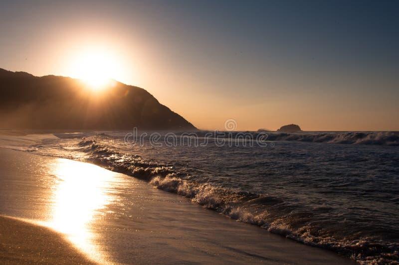 Lever de soleil dans la plage image libre de droits