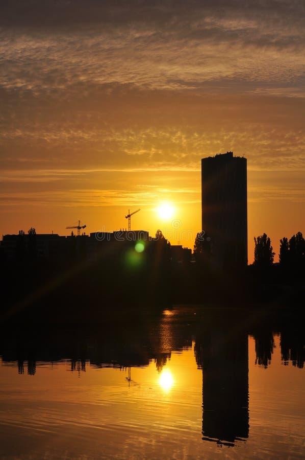 Lever de soleil dans la ville images libres de droits