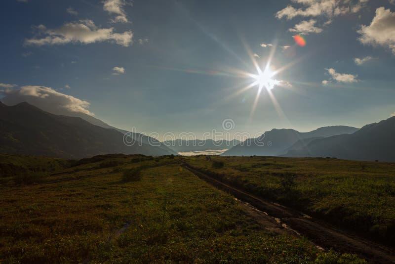 Lever de soleil dans le brookvalley Spokoyny au pied de la pente du nord-est externe du volcan Gorely de caldeira images libres de droits