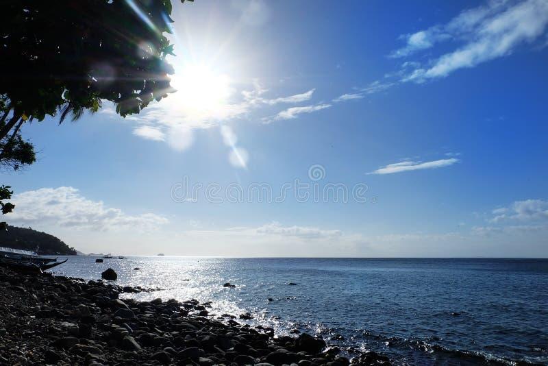 Lever de soleil dans le paysage d'Anilao Philippine photographie stock