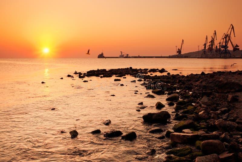 Lever de soleil dans le port maritime image stock