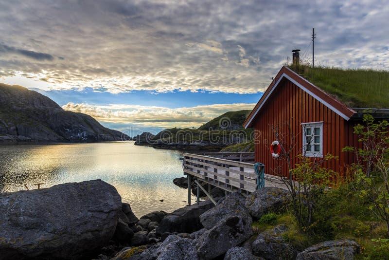 Lever de soleil dans le village de Nusfjord, Norvège images libres de droits
