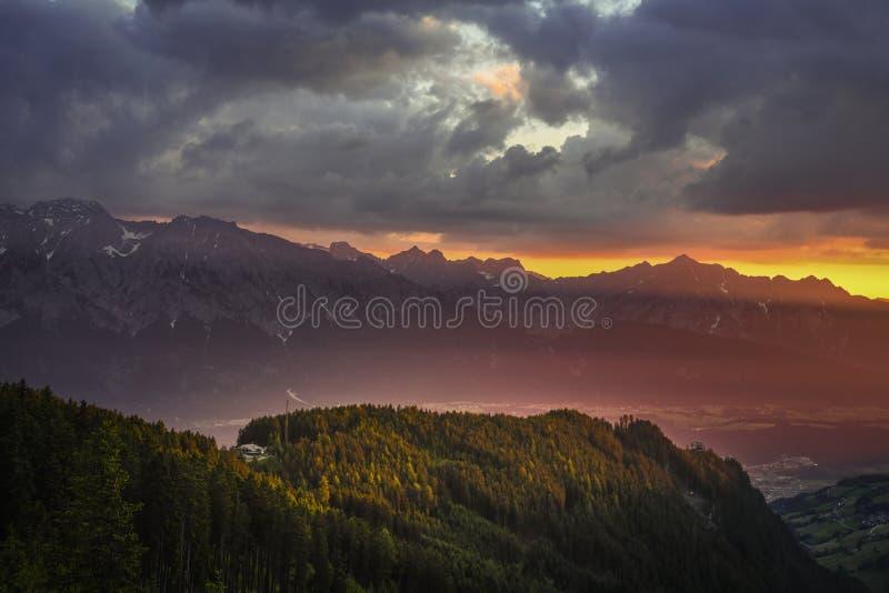 Lever de soleil dans les Alpes autrichiens images stock