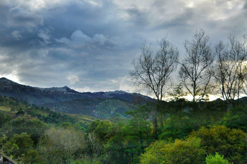Lever de soleil dans les montagnes photos libres de droits