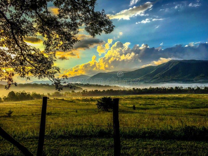Lever de soleil dans les montagnes photographie stock libre de droits