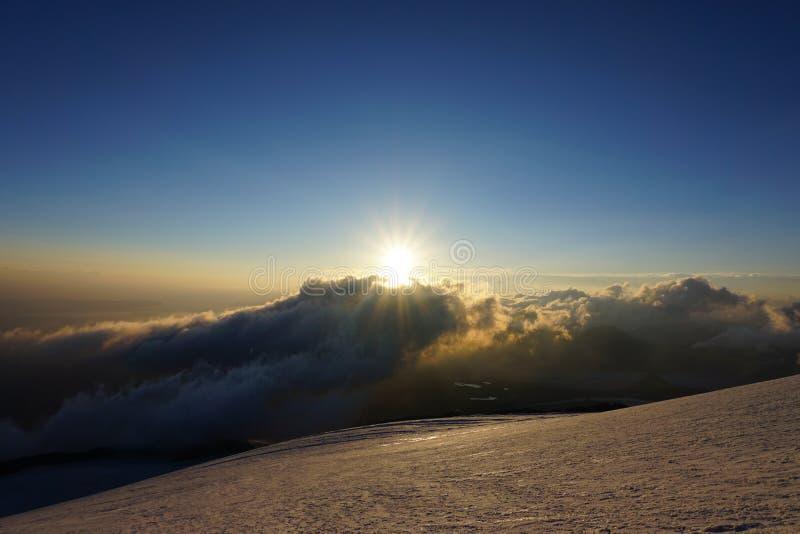 Lever de soleil dans les montagnes photos stock