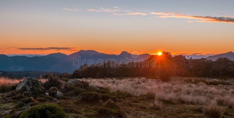 Lever de soleil dans les montagnes, Nelson Area, Nouvelle-Zélande photographie stock