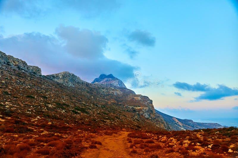 Lever de soleil dans les montagnes vers la mer photographie stock