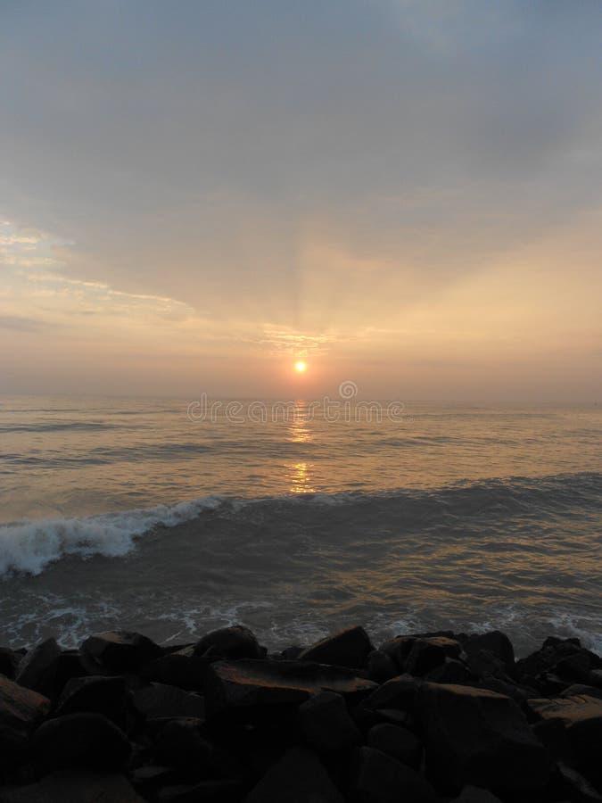 Lever de soleil dans Puducherry, une petite ville tranquille sur la côte du sud de l'Inde images libres de droits