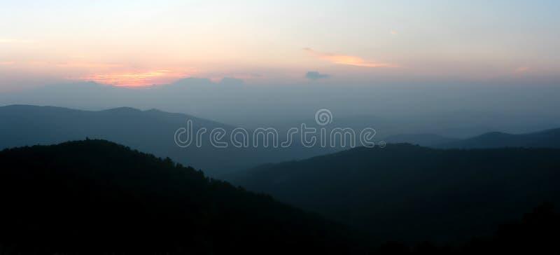 Download Lever De Soleil Dans Shenandoah Image stock - Image du horizontal, stationnement: 4492969