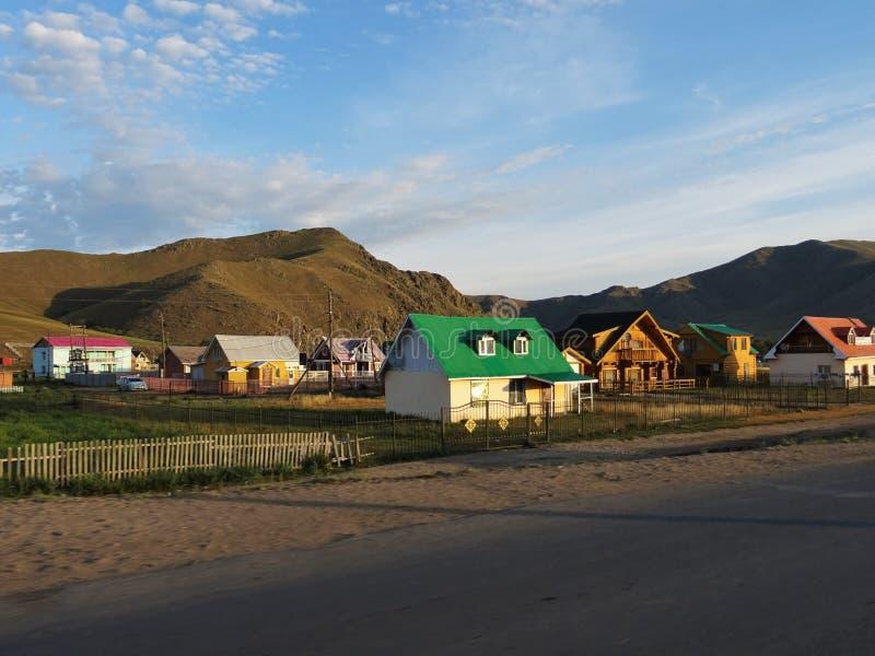 Lever de soleil dans un village mongol images stock