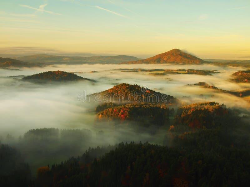 Lever de soleil dans une belle montagne de la Tchèque-Saxe Suisse photographie stock libre de droits