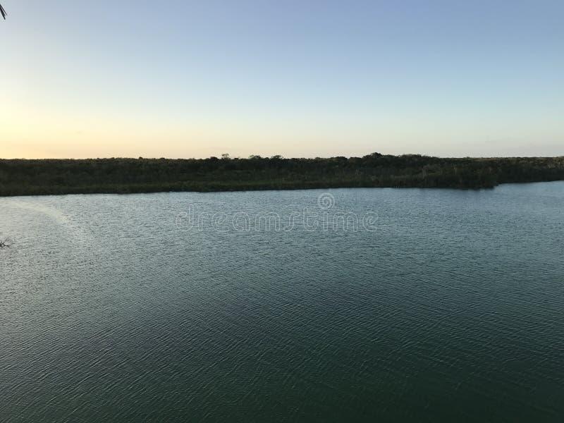 Lever de soleil dans une lagune photographie stock libre de droits