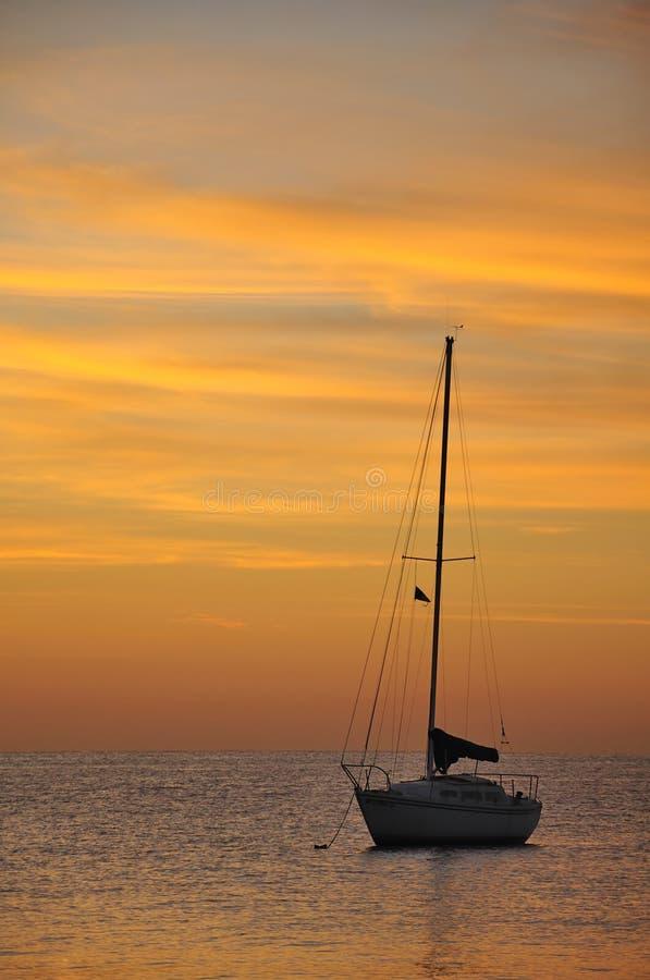 lever de soleil de bateau à voiles images libres de droits