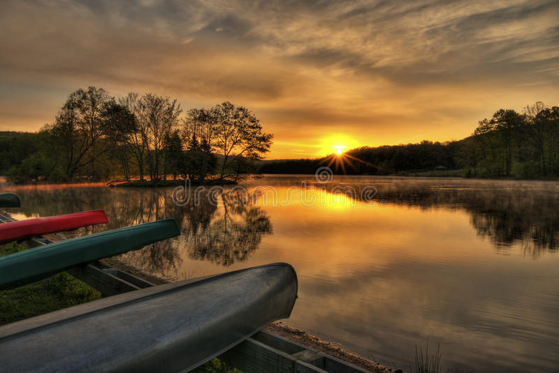 Lever de soleil de canoë photographie stock
