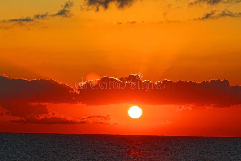 Lever de soleil de coucher du soleil à travers l'Oceasn photo stock